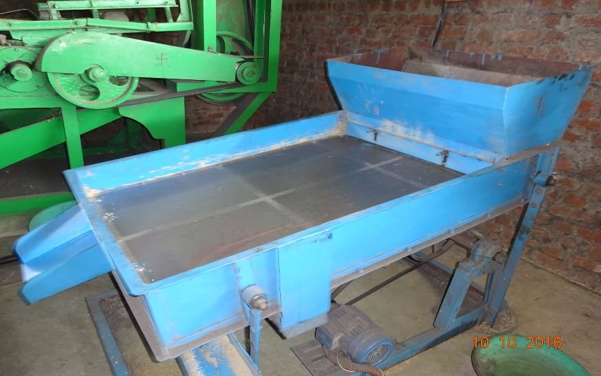 Sieving machine for flacked rice